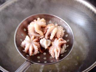 香辣八爪鱼,用焯过芹菜的水,加入料酒,直接把八爪鱼进行焯水30秒即可捞出。