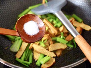 香辣八爪鱼,根据个人口味,加入适量的盐调味。