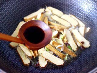 香辣八爪鱼,这个时候放入香干,小火慢慢煎至一会、加入生抽调色。