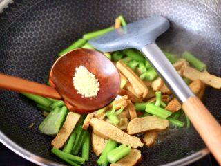 香辣八爪鱼,大火继续翻炒片刻,加入鸡精增加口感。