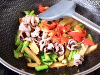香辣八爪鱼,加入焯过水的八爪鱼和红辣椒。