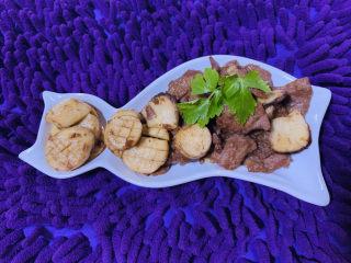 杏鲍菇炒牛肉,出锅装盘;