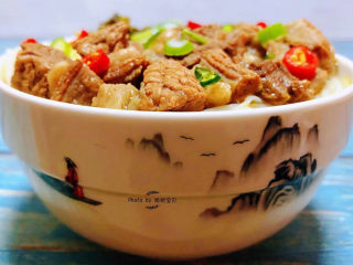 老壇酸菜牛肉面,老壇酸菜牛肉面裝入碗中撒上小紅辣椒顏值爆棚