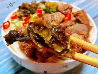 老壇酸菜牛肉面,老壇酸菜的味道特別正宗現在已經滿屋飄香了