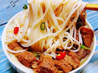 老壇酸菜牛肉面,面條是我們家的最愛怎么吃都喜歡