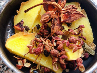 老壇酸菜牛肉面,姜片切好和花椒八角放入調味盒中