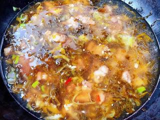 老壇酸菜牛肉面,添加適量清水或高湯大火煮起來