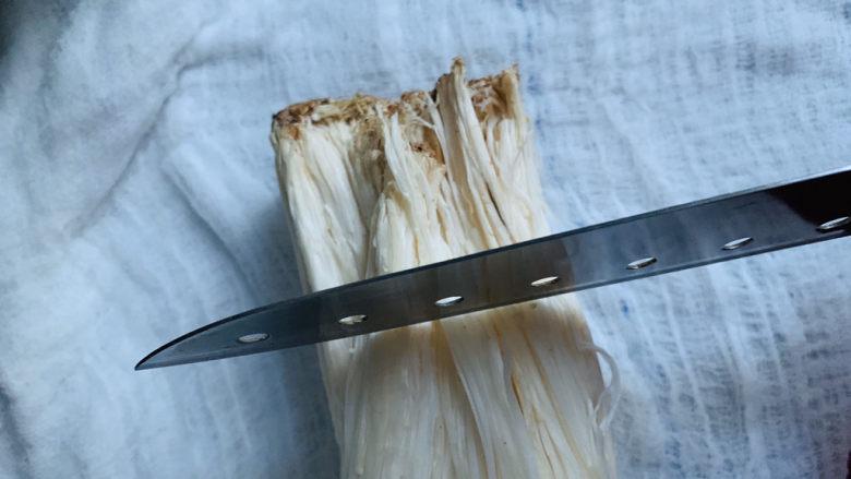粉丝蒸金针菇,先将金针菇根部切下来;