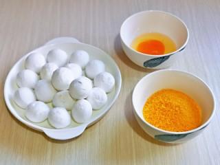 油炸汤圆,准备食材,鸡蛋磕碗里加盐打散,准备好面包糠,建议用黄色面包糠,寓意黄金满地~~