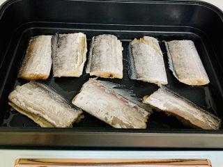 红烧糖醋带鱼,将带鱼切长段,用厨房用纸吸出多余的水分。