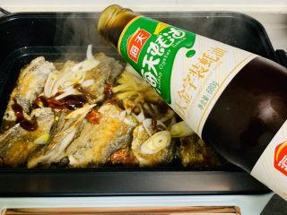 红烧糖醋带鱼,到入蚝油,这个时候糖醋香味,浓浓了😋