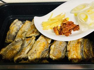红烧糖醋带鱼,将所有的鱼煎至两面金黄到入小料