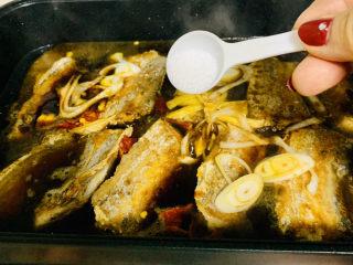 红烧糖醋带鱼,加入盐调味,大火烧开转中小火慢炖。
