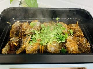 红烧糖醋带鱼,待汤汁收至浓稠时,加入香菜。