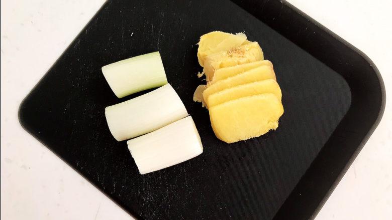 爆炒牛肚,煮牛肚用:大葱切成小段,鲜姜切成小片