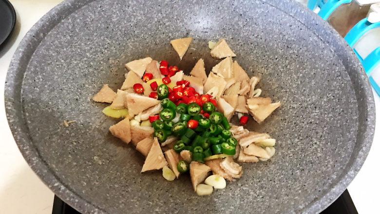 爆炒牛肚,加入小米辣和尖椒
