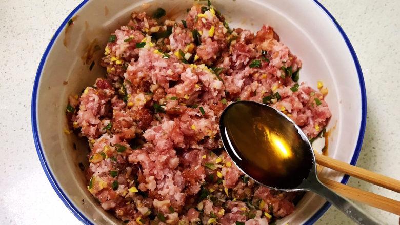 玉米猪肉饺,调匀后加入大豆色拉油