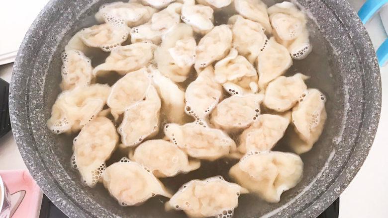 玉米猪肉饺,玉米猪肉馅饺子煮熟了~