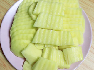 薯片鸡翅,用波浪刀将土豆切成片。