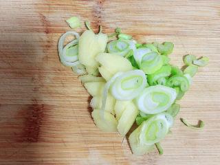 薯片鸡翅,葱姜切好待用。