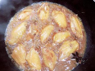 薯片鸡翅,盖盖儿,炖煮10分钟。
