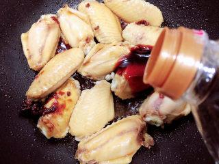 薯片鸡翅,放入料酒、蚝油、生抽。