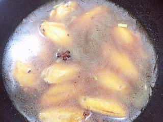 薯片鸡翅,倒入500ml水。