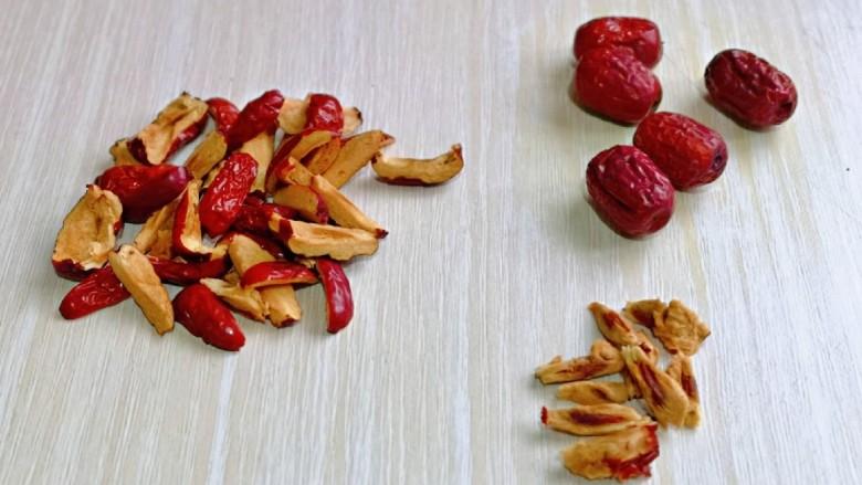 芝麻核桃糖,首先处理大枣,洗干净后,沥干水分,再去核,一颗枣剪了四块。