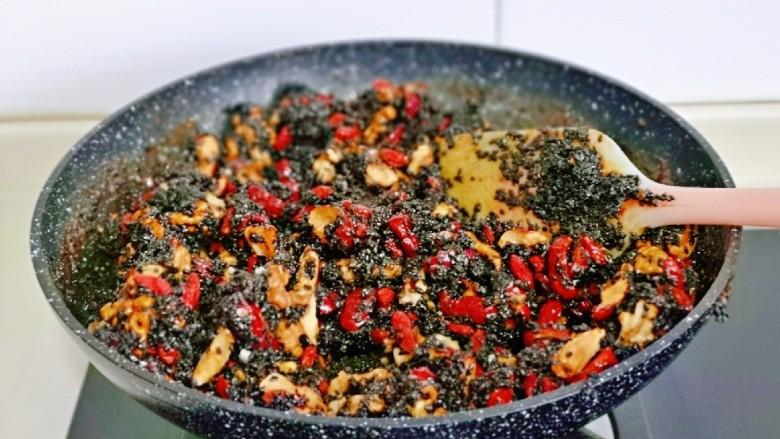 芝麻核桃糖,快速翻炒使糖浆后均匀裹在果仁上,这是可以关火,如果觉得糖浆多可以多翻炒一会。
