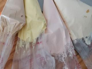卡通圆环戚风蛋糕,用刚才做圆环的材料以及步骤调色装袋 刚才的分量大约可以做9颗蛋的量,如果减半做,打发时候比较困难,所以可以自己调整