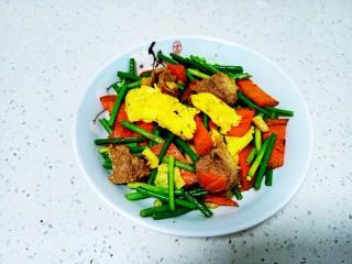 牛肉炒蒜苔、胡萝卜、鸡蛋