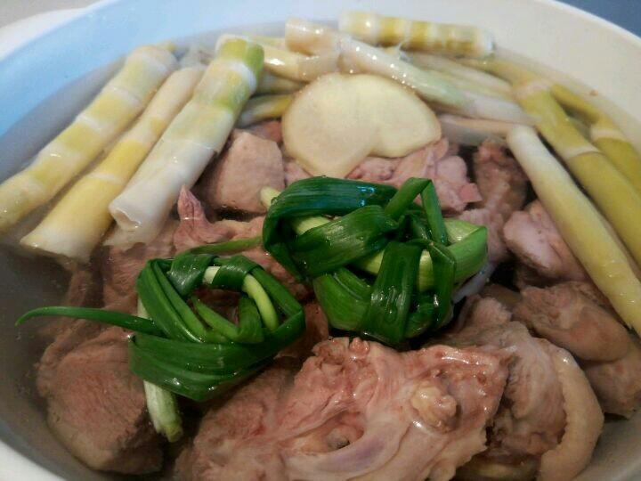 笋干老鸭汤,把焯好水的笋和鸭子放一起,加清水,生姜,葱,大火烧开中火炖45分钟。