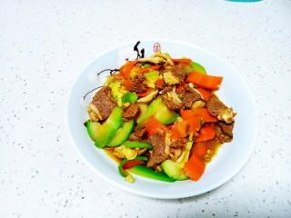 葱爆羊肉炒西葫芦、胡萝卜、香菇
