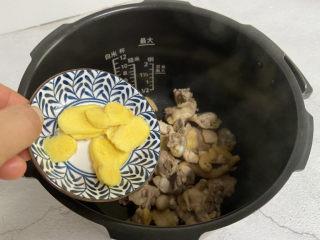 猴头菇鸡汤,放入姜片