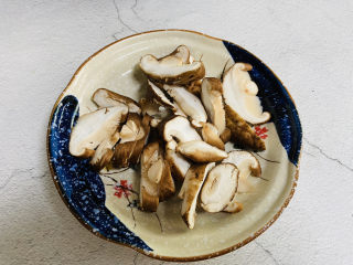 猴头菇鸡汤,香菇洗净切片