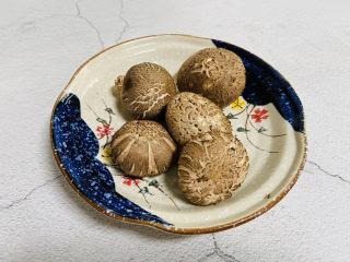 猴头菇鸡汤,家里没有猴头菇只能用香菇来代替