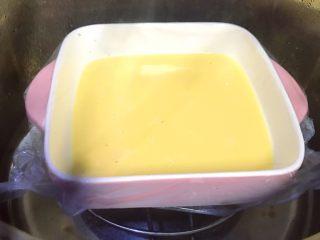 水嫩嫩蒸蛋,水開上鍋蒸,我的雞蛋不大,蒸8分鐘。如果蛋的個頭比較大,就蒸10分鐘。