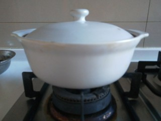 牛腩萝卜汤,盖上盖子转小火慢炖。