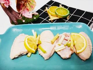 薯片鸡翅,放上葱姜,柠檬,挤些柠檬水
