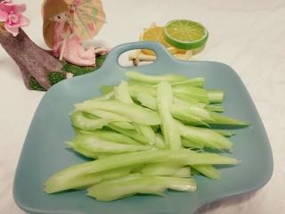 芹菜炒牛肉,将芹菜杆子切片