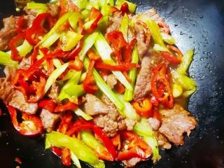 芹菜炒牛肉,放入盐,鸡精和生抽,加入少量水