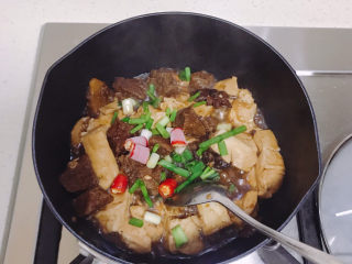 牛肉炖豆腐,撒上葱花和小米辣就可以了。
