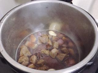 牛肉炖豆腐,用高压锅方便一点,没有的就煤气炉,把牛肉炖软。