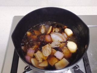 牛肉炖豆腐,再加入适量的开水。