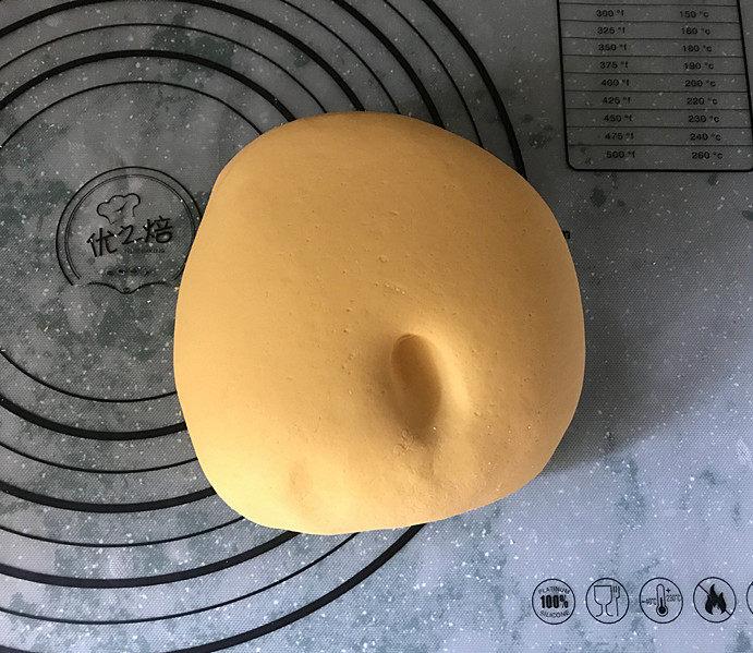南瓜豆沙汤圆,取出饧好的面团,再用劲揉几下,面团很快就变得光滑且软硬适中