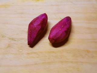 紫薯燕麦粥,紫薯去皮  清洗干净
