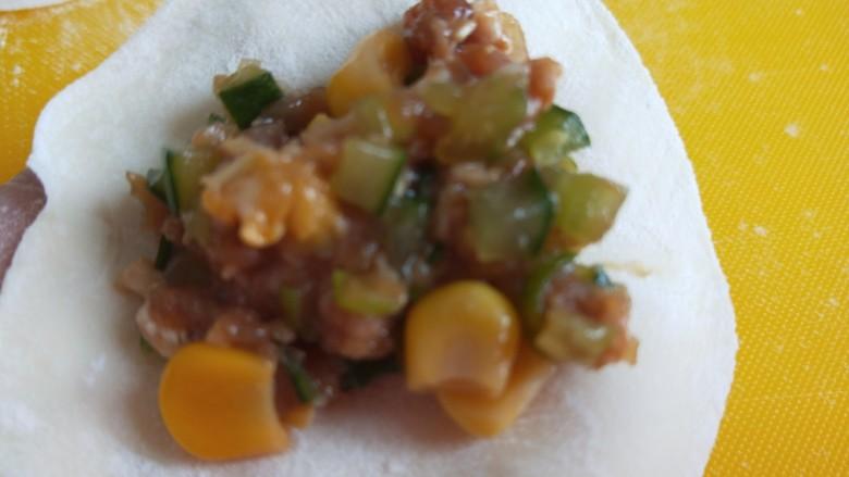 玉米猪肉饺,放入馅料。