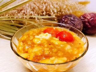 玉米面糊糊,这个是麻辣味道的玉米糊。 做法差不多,只是不添加红枣和白糖。煮熟后放凉就会凝固,加入红油辣椒、花椒粉、酱油拌匀即可食用。