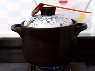 白果炖鸡,盖上锅盖小火炖煮1小时后。