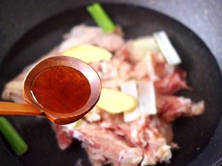白果炖鸡,锅中倒入适量的清水,把鸡块放入锅中,加入葱姜和料酒。